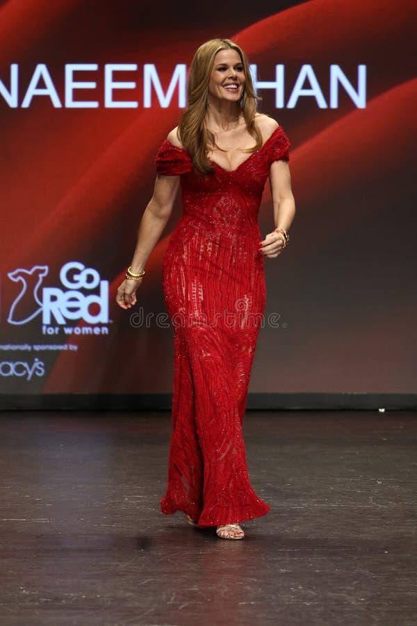 Mary Alice Stephenson anda a pista de decolagem na associação americana do coração vai vermelho para a coleção vermelha 2016 do v imagem de stock royalty free