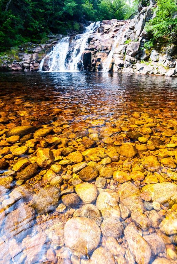 Mary Ann Falls et le cuivre ont coloré le trou de natation dans le Breton de cap, photographie stock libre de droits
