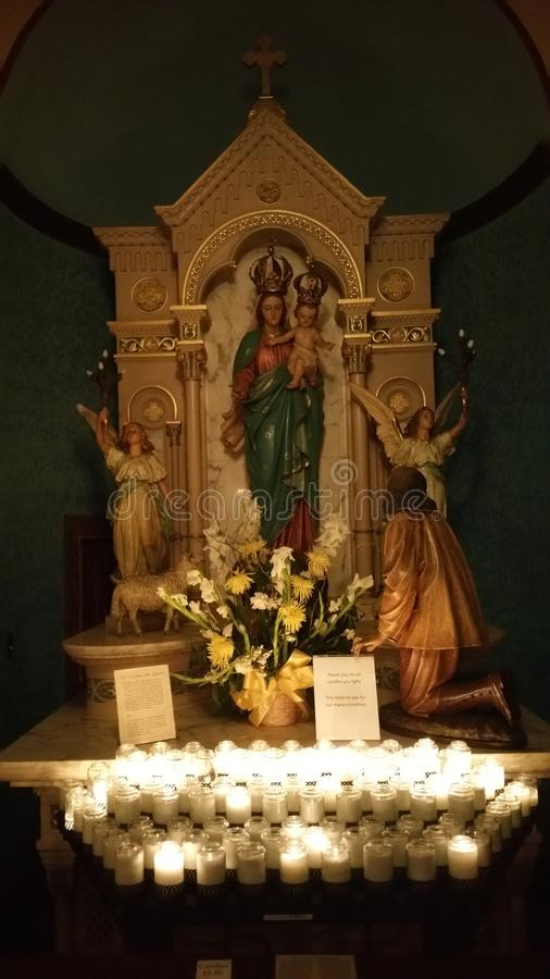 Mary Catholic för altaremoderoskuld stearinljus arkivbild