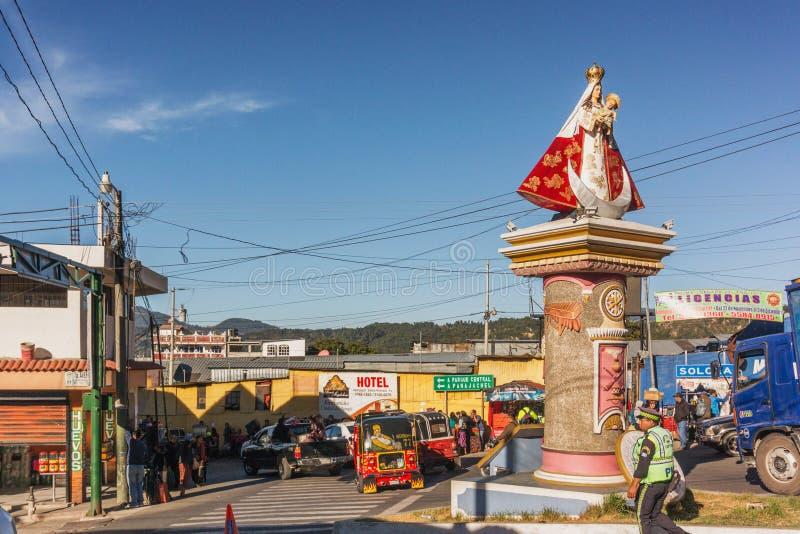 Mary com a estátua de Jesus do bebê na interseção das estradas em Solola, imagem de stock royalty free
