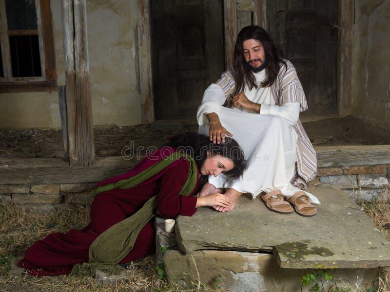Mary die van Bethany de voeten van Jesus insmeren royalty-vrije stock fotografie
