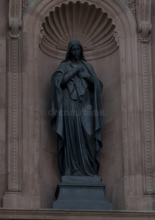 Mary het vlekkeloze beeldhouwwerk van het Conceptiebrons, op een gebied op de voorzijde van de Kathedraalbasiliek van Heiligen Pe royalty-vrije stock fotografie