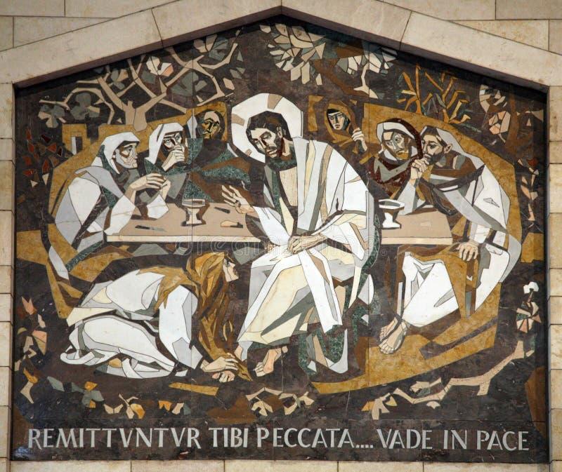 Mary Magdalene моет ноги Иисуса стоковое изображение