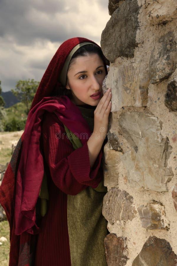 Mary Magdalene плача на усыпальнице Иисуса пустой стоковые фотографии rf