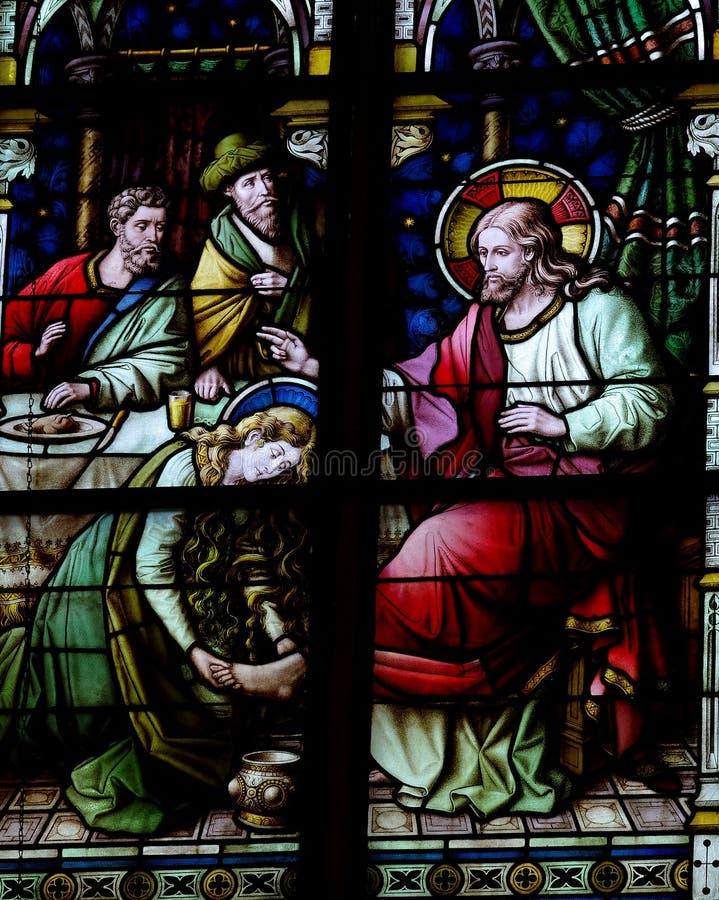 Mary Magdalene que lava os pés de Jesus (vitral) fotos de stock