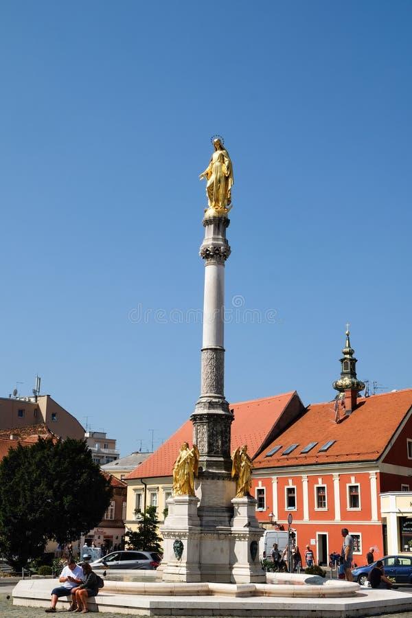 Mary Monument santa de oro al lado de la catedral de Zagreb imágenes de archivo libres de regalías