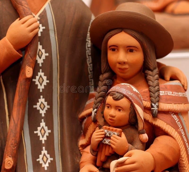 Mary och behandla som ett barn Jesus i den handgjorda Bolivia terrakottan royaltyfri bild