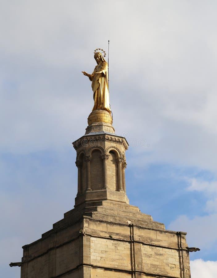 Mary Statue sainte au DES de dames de Notre couvre d'un dôme la cathédrale près du palais papal à Avignon photo libre de droits