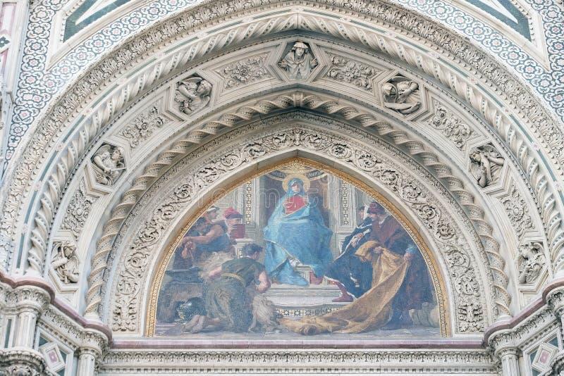 Mary umgab durch Florentine Artists, Kaufleute und Humanisten, Portal von Florence Cathedral lizenzfreie stockfotos