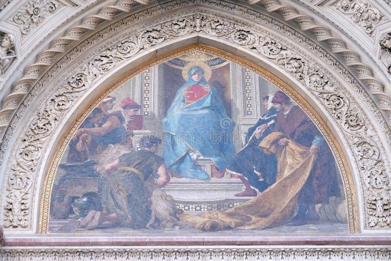 Mary umgab durch Florentine Artists, Kaufleute und Humanisten, Portal von Florence Cathedral lizenzfreie stockbilder