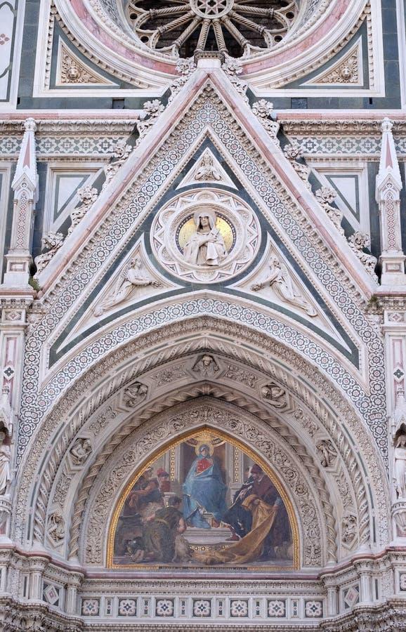 Mary umgab durch Florentine Artists, Kaufleute und Humanisten, Portal von Florence Cathedral lizenzfreie stockfotografie