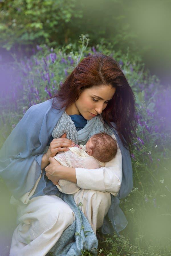 Mary und Baby Jesus draußen lizenzfreie stockbilder