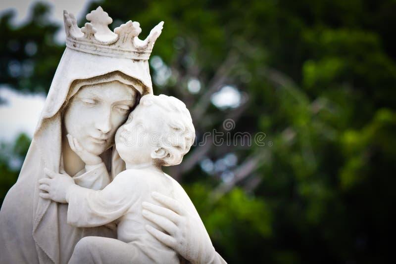 A Mary virgem que carreg o bebê Jesus fotografia de stock