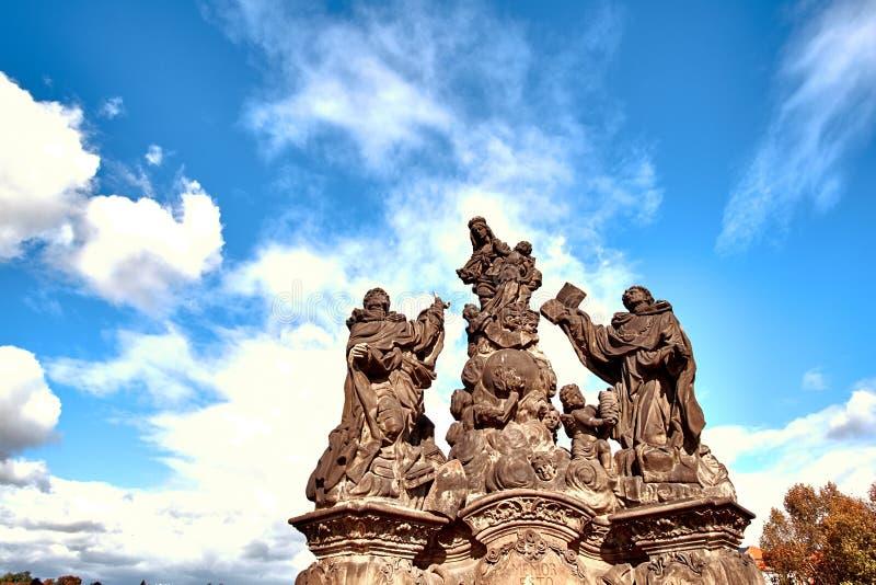 Maryja Dziewica statua przy Charles mostem Karluv Najwięcej w Praga, republika czech Zamyka w górę widoku z niebieskim niebem fotografia stock