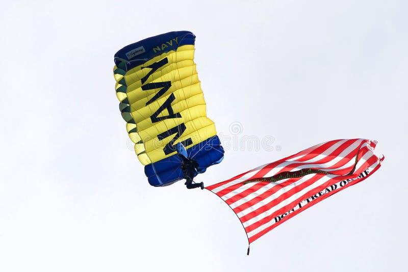 Marynarki wojennej parachuter z czerwonym i bielem paskował flaga z wężem zdjęcia stock