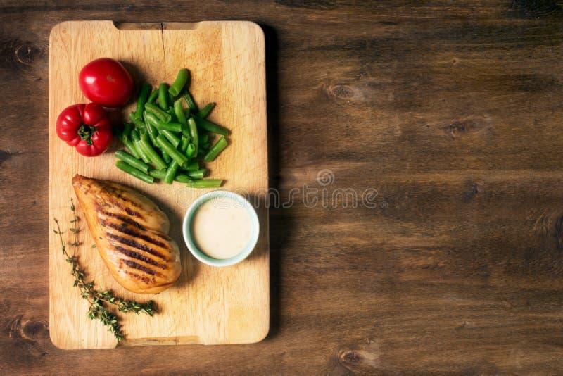 Marynowana piec na grillu zdrowa kurczak pierś słuzyć z warzywami, kopii przestrzeń dla teksta zdjęcia stock