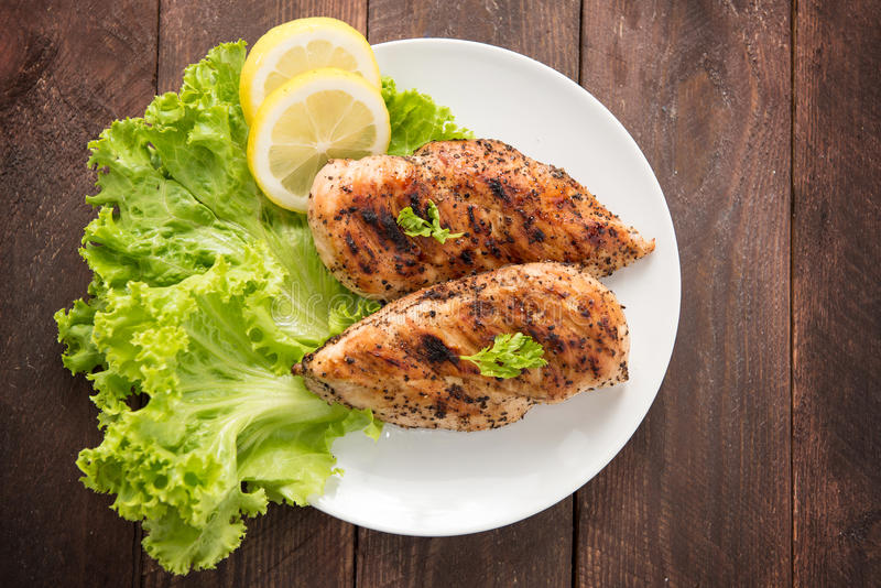Marynowane piec na grillu kurczak piersi gotowali BBQ i słuzyć z fre obrazy stock