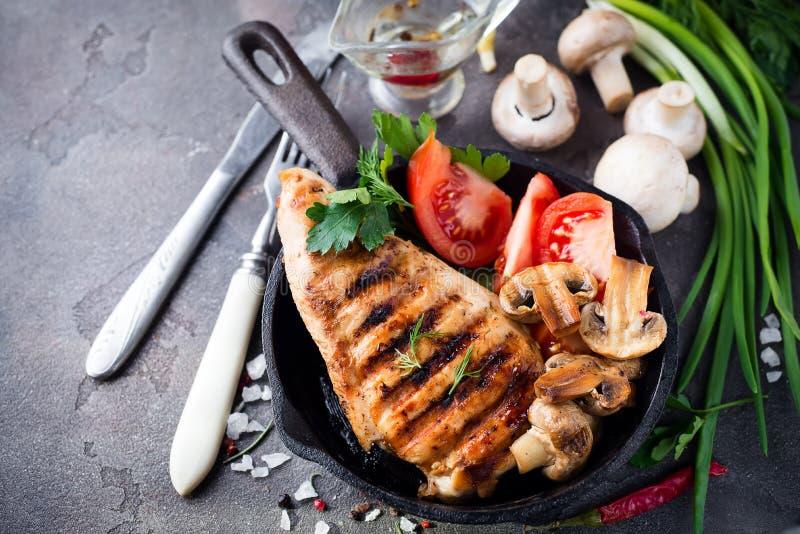 Marynowane piec na grillu zdrowe kurczak piersi obrazy royalty free