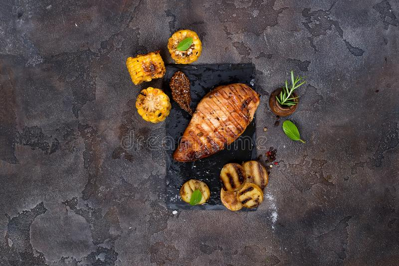 Marynowane piec na grillu zdrowe kurczak piersi gotować na lata BBQ i słuzyć z świeżymi ziele, grulami i kukurudzą, zdjęcie royalty free