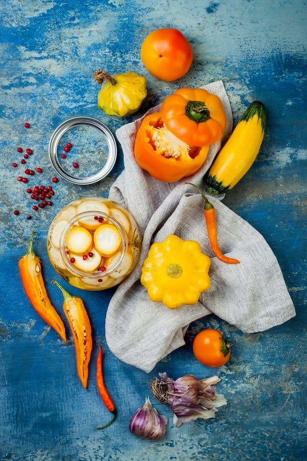 Marynowane zalewy konserwuje słoje Domowej roboty żółte warzywo zalewy Fermentujący jedzenie Odgórny widok fotografia royalty free