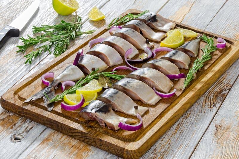 Marynowany Przepasuje Świeży atlantycki makreli ryba cięcie w plasterkach obraz stock