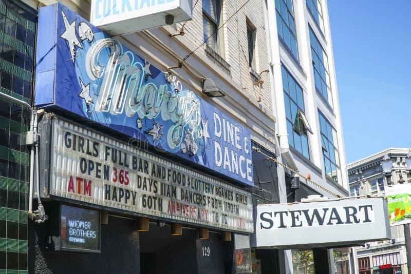 Marys在波特兰-波特兰-俄勒冈- 2017年4月16日用餐并且跳舞讽刺时事的滑稽剧俱乐部 库存照片