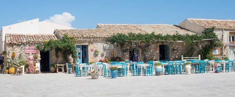 Marzamemi, Sicília, Itália – 21 de agosto de 2018: restaurante característico em uma aldeia piscatória antiga fotos de stock