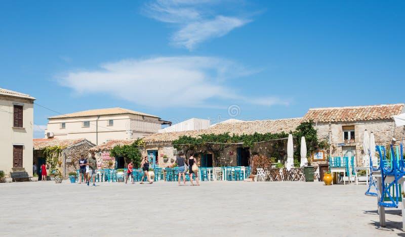 Marzamemi, Sicília, Itália – 21 de agosto de 2018: restaurante característico em uma aldeia piscatória antiga fotografia de stock