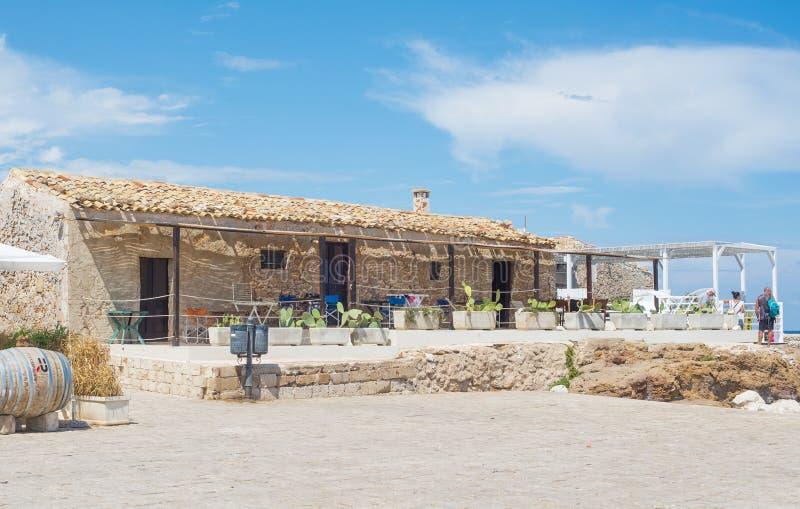 Marzamemi, Sicília, Itália – 21 de agosto de 2018: restaurante característico em uma aldeia piscatória antiga imagem de stock royalty free