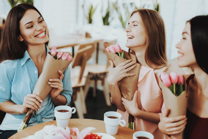 8 Marzec dla Szczęśliwych przyjaciół Opiek Piękne dziewczyny zdjęcie stock