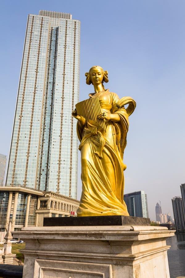 Marzec 2014 Jeden wiele europejskie stylowe statuy które ozdabiają mosty Tianjin - Tianjin, Chiny - zdjęcia stock