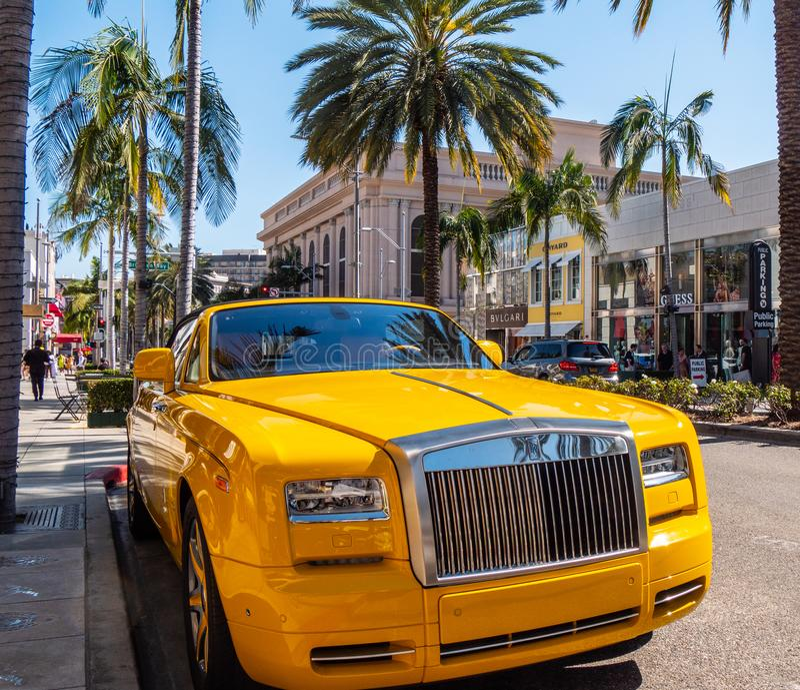 Marzec 18, 2019 Rolls Royce Samochodowy parking przy Rodeo Drive w Beverly Hills, KALIFORNIA -, usa - obraz stock