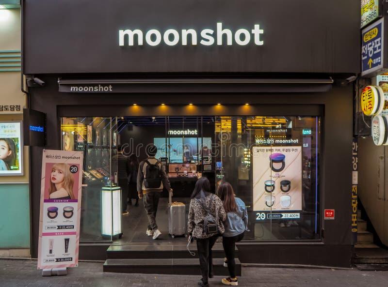 Marzec 2019 - Seul, korea południowa: Sklep poludniowo-koreański kosmetyki oznakuje Moonshot, posiadać YG rozrywką w Myeongdong, obrazy royalty free
