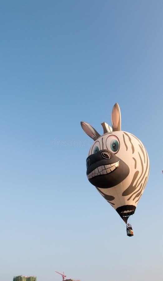 Marzec 12th, 2016: Putraya, Malezja: Zebry gorącego powietrza balon na powietrzu obrazy stock