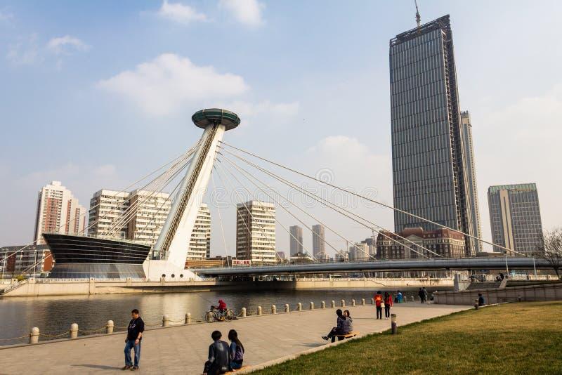 Marzec 2014 Zaludnia odprowadzenie wzdłuż Haihe rzeki - Tianjin, Chiny - zdjęcia stock