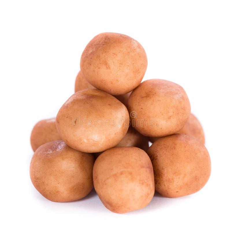 Marzipan-Kartoffeln (deutsche Küche) lokalisiert auf Weiß lizenzfreies stockfoto