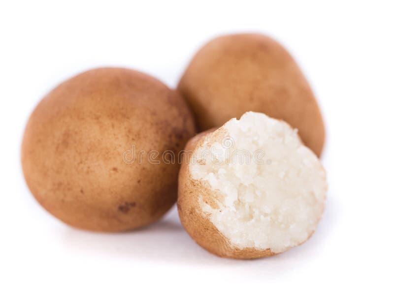 Marzipan-Kartoffeln (deutsche Küche) lokalisiert auf Weiß stockbild