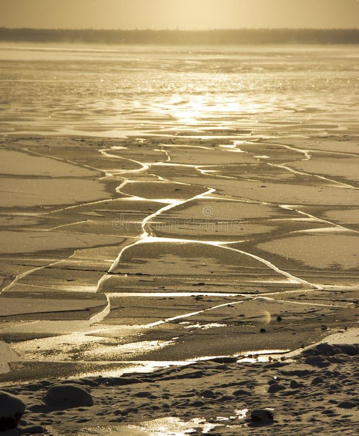 marznął wodę w Syberyjskiej rzece zdjęcia stock
