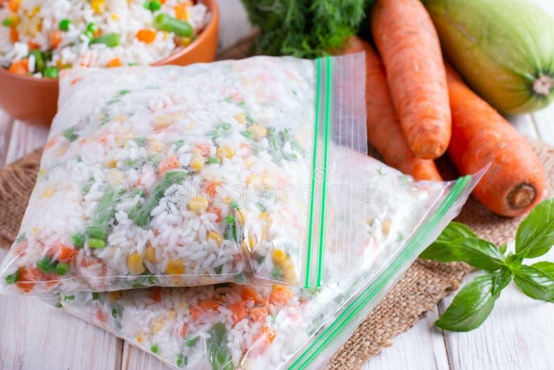 Marznący mieszani warzywa w chłodni torbie obraz stock