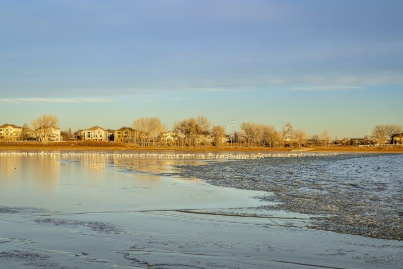 Marznięcie jezioro przy zmierzchem obrazy stock