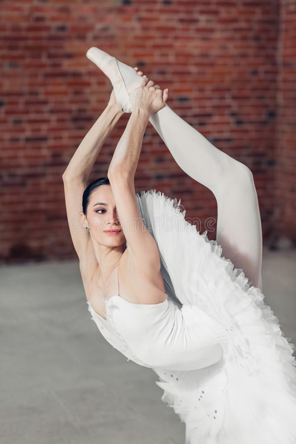 Marznie pozycję tancerz na jeden nodze fotografia royalty free