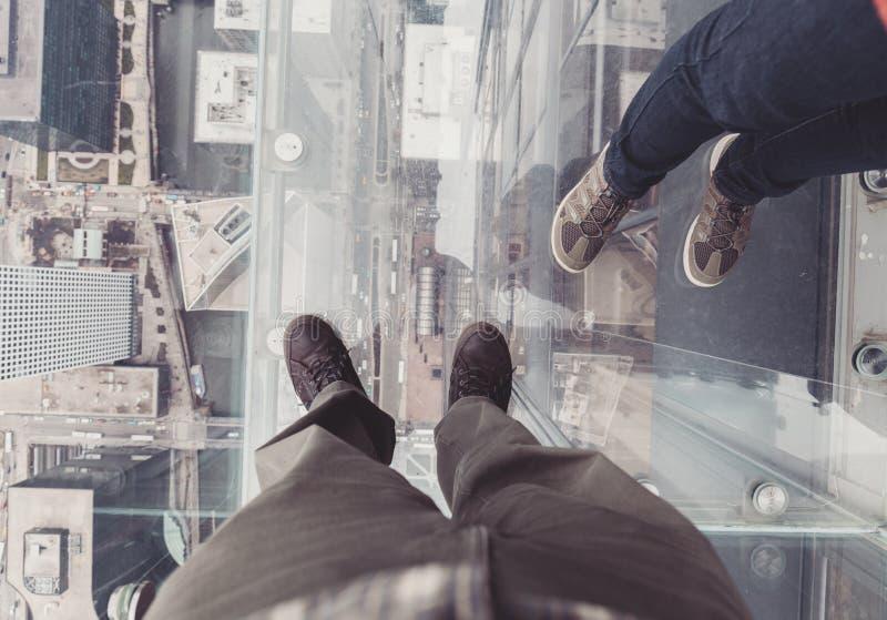 30 marzo 2016, Chicago, Illinois, U.S.A. La gente nel cubo di vetro di Willis Tower Skydeck immagine stock