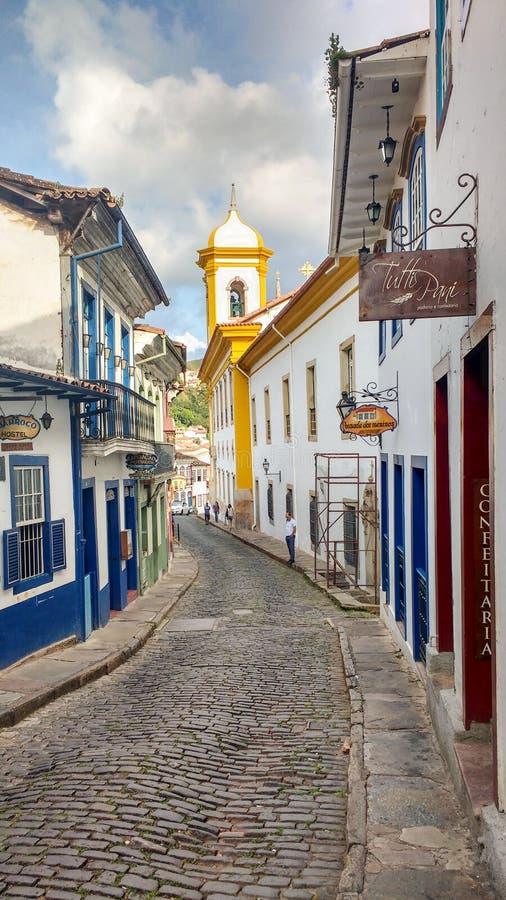 25 marzo 2016, città storica di Ouro Preto, Minas Gerais, Brasile, via del ciottolo con le case coloniali a partire da oro m. immagine stock libera da diritti