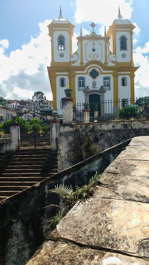 25 marzo 2016, città storica di Ouro Preto, Minas Gerais, il Brasile, facciata e scale della chiesa di madre della nostra signora fotografie stock libere da diritti