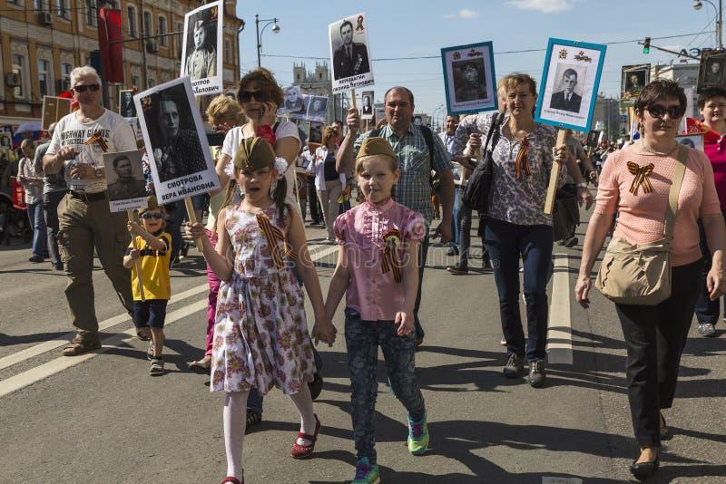 Marzo del 'regimiento inmortal 'en Moscú imagenes de archivo