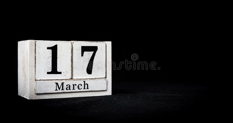17 marzo, diciassette marzo, giorno 17 del mese - blocchi di calendario bianchi su fondo testurizzato nero con spazio vuoto per immagine stock libera da diritti