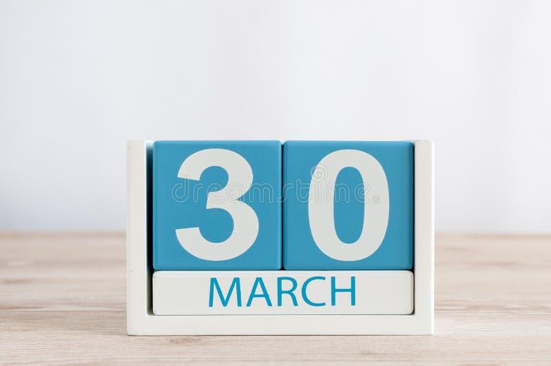 30 marzo Giorno 30 del mese, calendario quotidiano sul fondo di legno della tavola Tempo di primavera, spazio vuoto per testo immagini stock libere da diritti