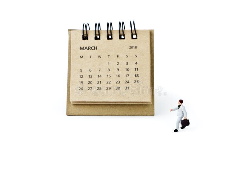 marzo Haga calendarios la hoja y al hombre de negocios plástico miniatura en blanco fotos de archivo libres de regalías