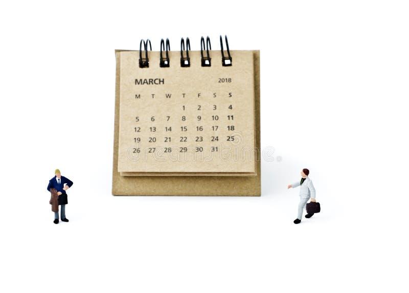 marzo Haga calendarios la hoja y a los hombres de negocios plásticos miniatura en blanco fotografía de archivo libre de regalías