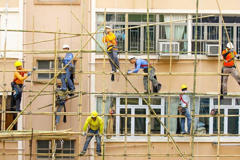6 marzo 2017 Hon Kong Lavoratori che lavorano ad un'impalcatura di bambù in Hong Kong fotografie stock